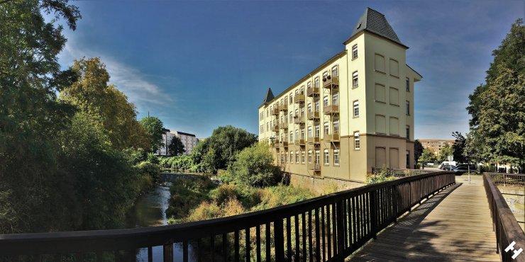 Loftwohnungen am Pleißewehr inmitten einer DDR Wohnblock Siedlung