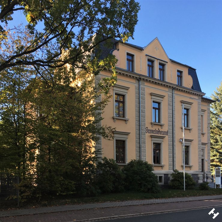 Gemeindeamtsgebäude nahe Oberschule Neukirchen und historischer Mühle