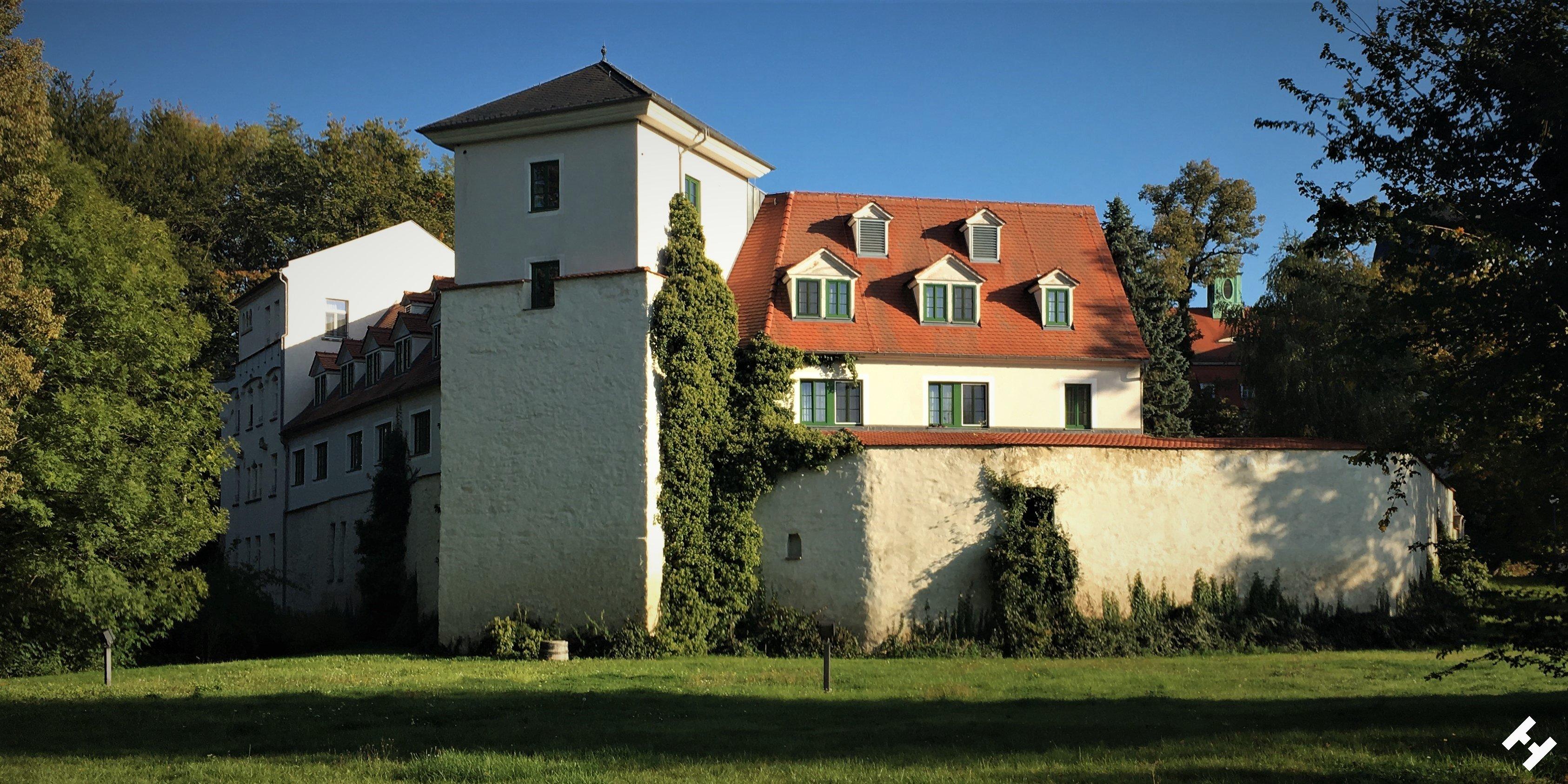 Schloss Schweinsburg als Burg Crimmitschau im Ensemble mit Schlosspark, Teich, Wohnhäusern und Türmen