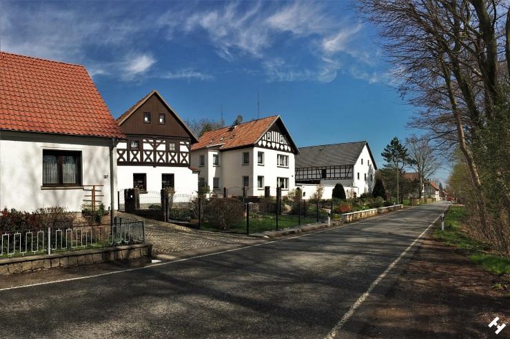 Traditionelle Fachwerkhäuser aufgereiht an der Hautstraße