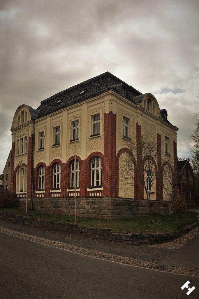 Stattlich geschmücktes Gebäude als Rathaus und Gemeindemitte