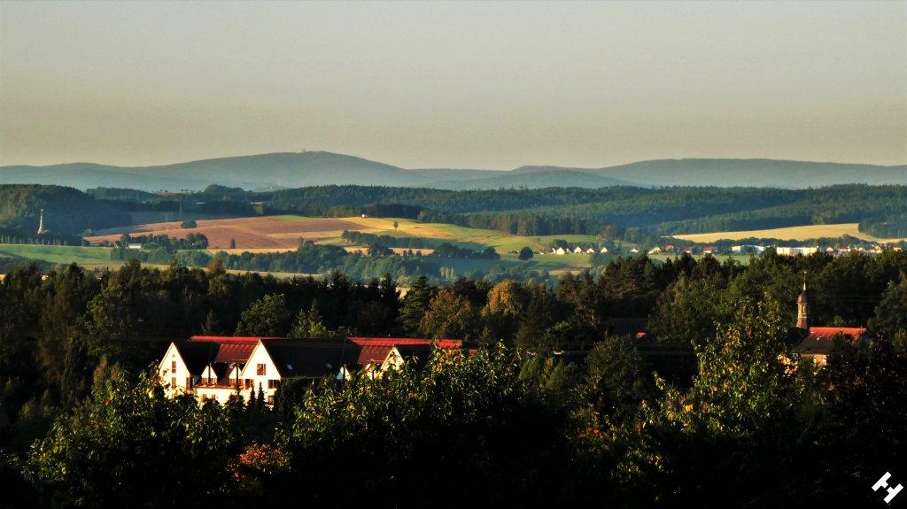 Herbstlicher Charme im Zwickauer Land mit Kirchturmspitzen und Dorfblick